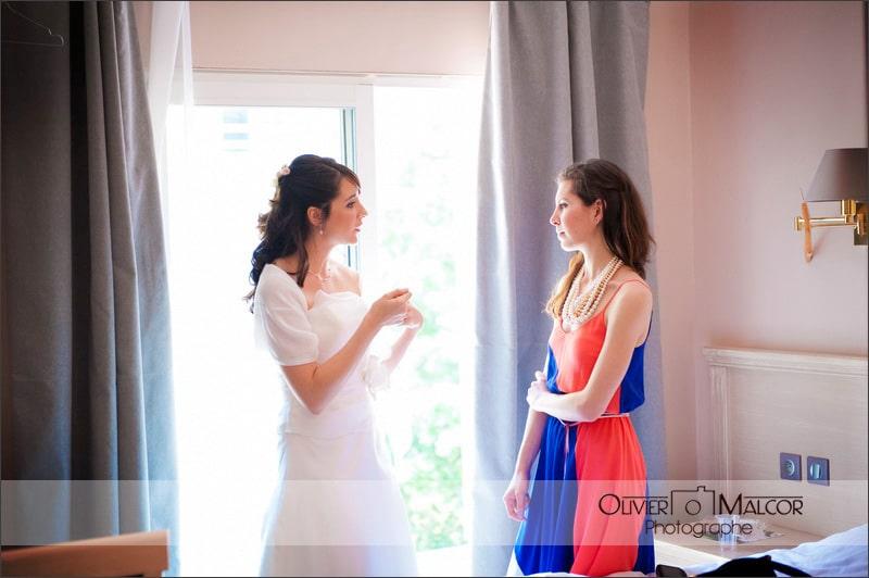 La marie qui discute de l'organisation de son mariage