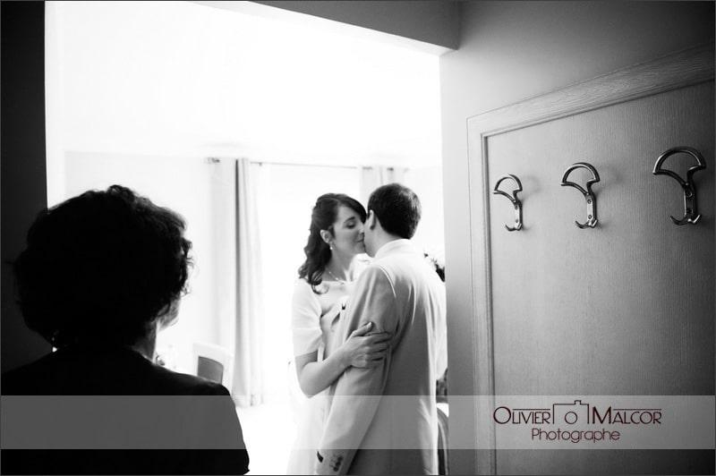 Les mariés qui se voient pour la première fois. Toujours de l'émotion.