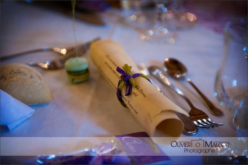 Décoration table de mariage avec le menu en parchemin. Très original comme déco mariage.