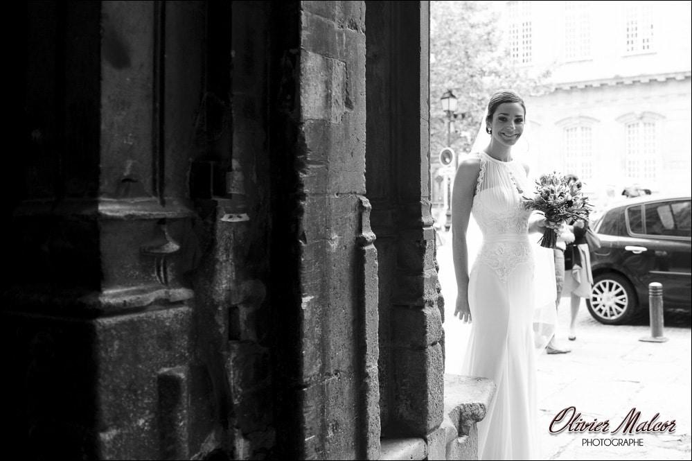 L'attente de la marié avant d'entrer dans l'église provençal
