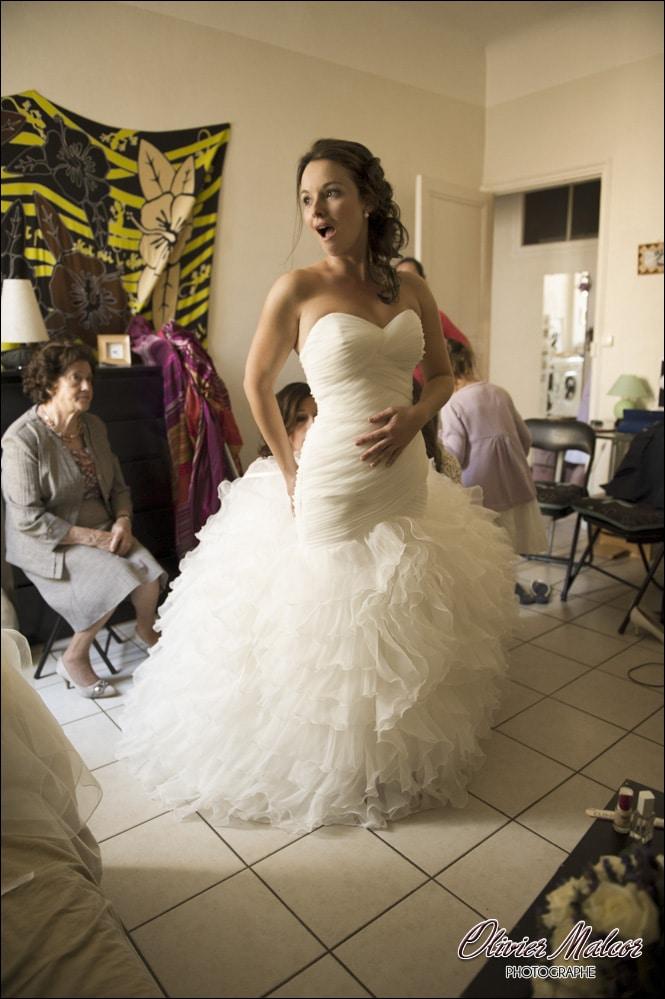 l'enfilage de la robe de la marié fait parfois un peu mal