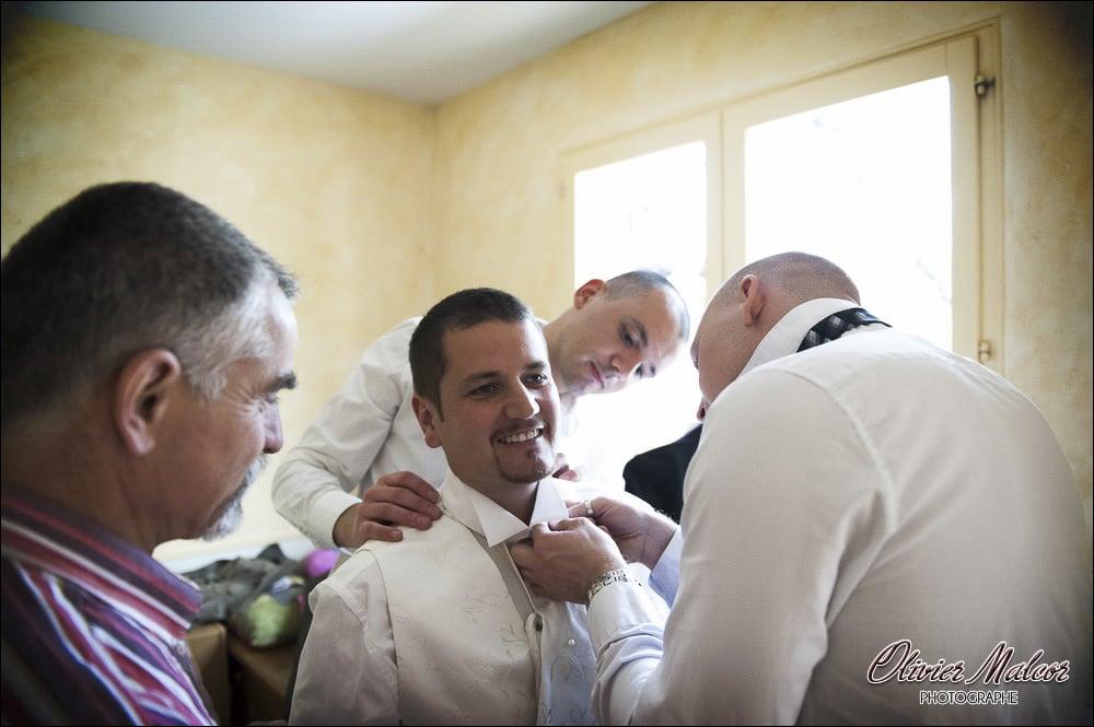Tous les témoins du marié affairé à la préparer avant l'église