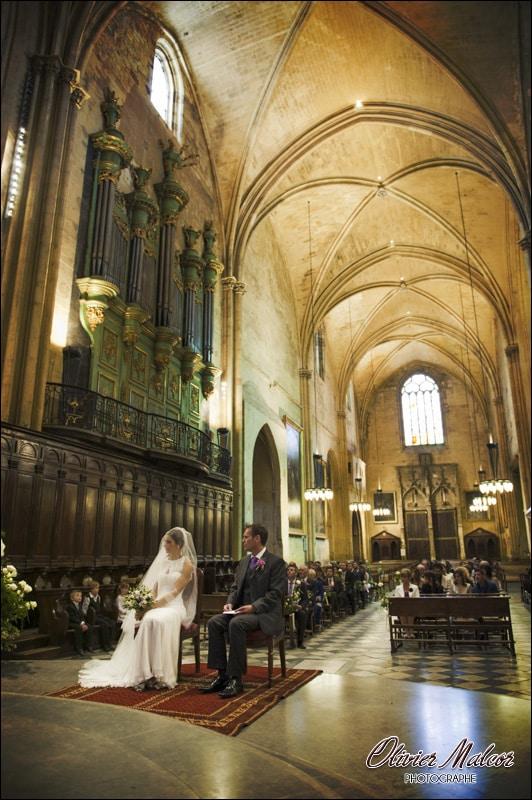 Les mariés attendant la bénédiction du prêtre.