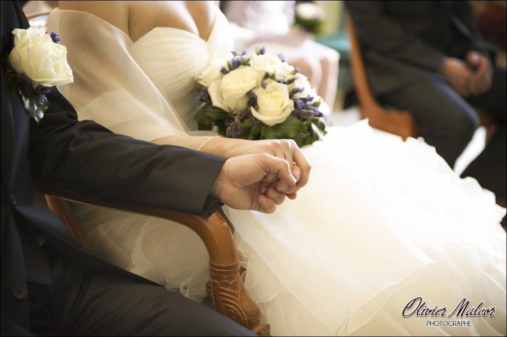 On voit que les mariés s'aiment à la façon dont ils se tiennent fortement la main.