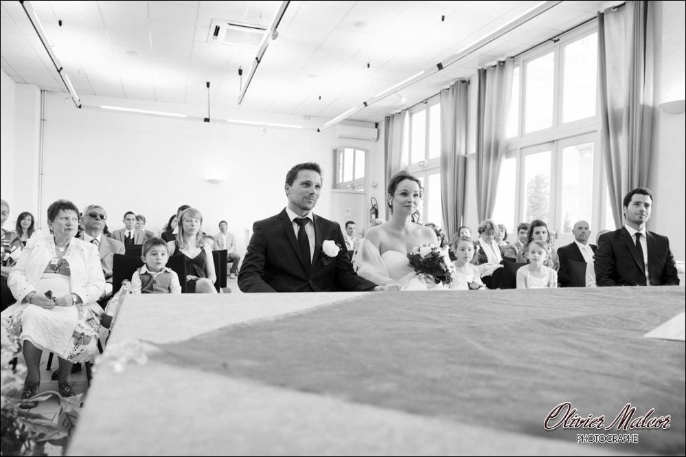 Les mariés qui écoutent le maire.