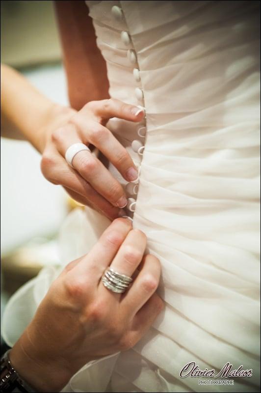 J'aime prendre en photo l'enfilage de la robe de la marié