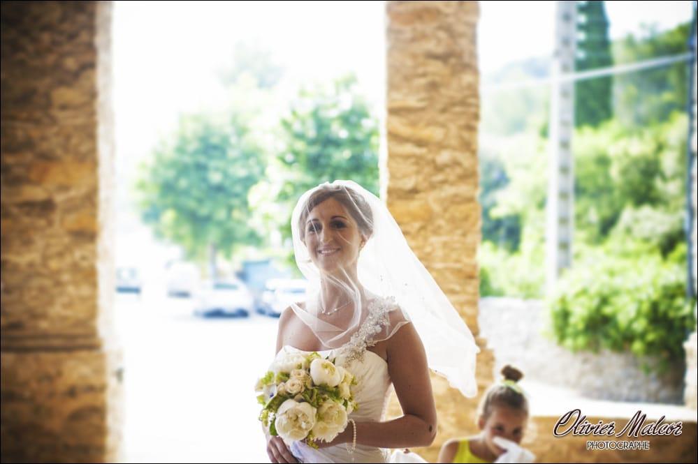 Magnifique sourire de la marié pris en photo.