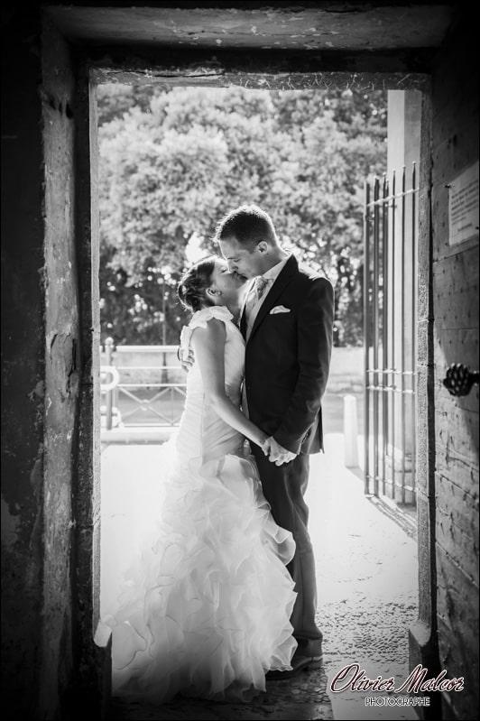 Photo de couple dans l'encadrement d'une porte.