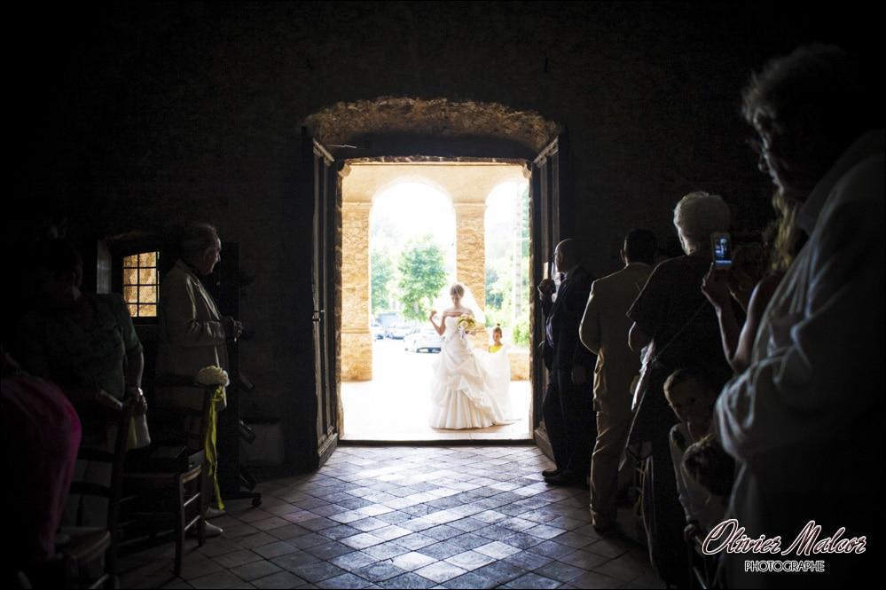 Quelques secondes avant de rentrer dans l'église pour le mariage. Tous les invités sont déjà là à attendre la marié.