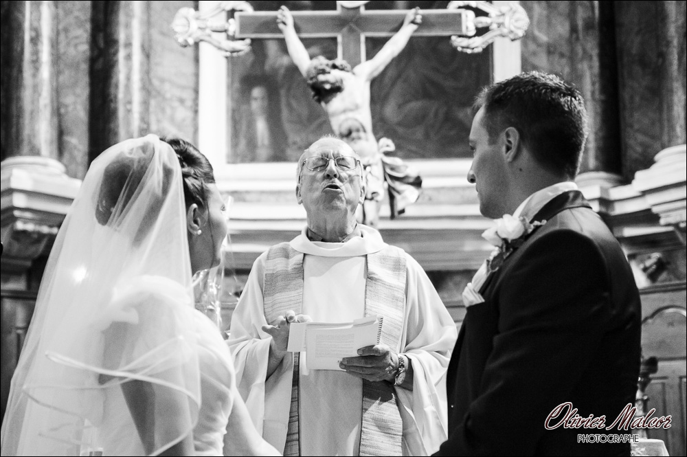 Le prêtre lors de la cérémonie de mariage