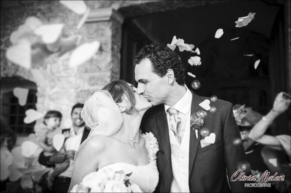La sortie de l'église et les pétales de roses qui entoure les mariés !