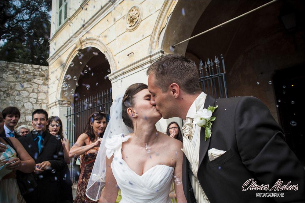Les mariés durant la sortie de l'église.