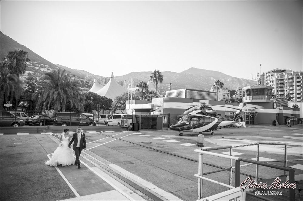 Les mariés qui embarque dans l'hélicoptère.