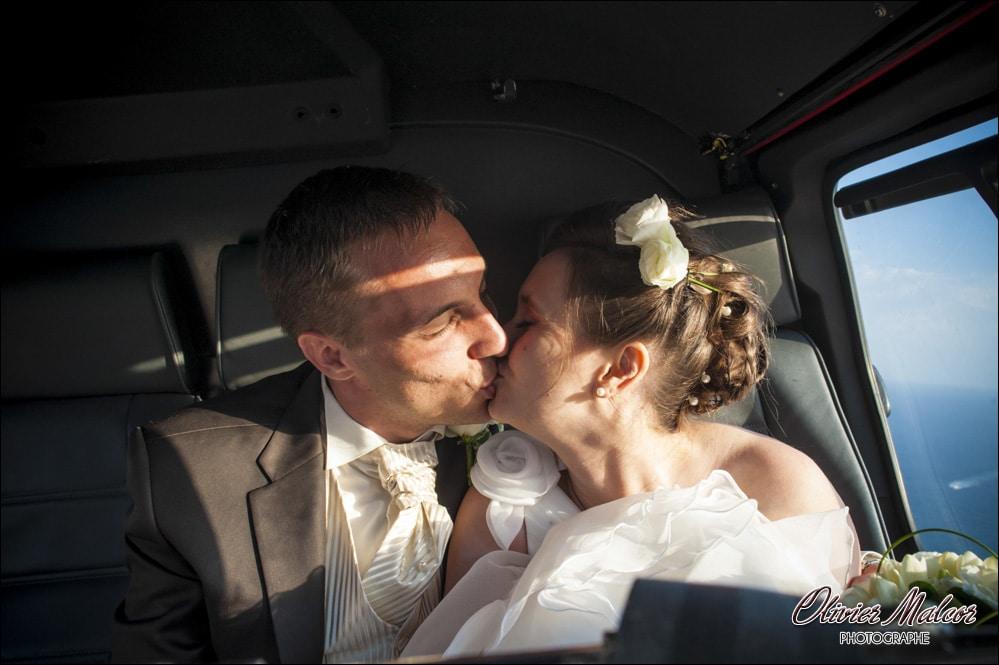 Le bisous des mariés dans l'hélicoptère