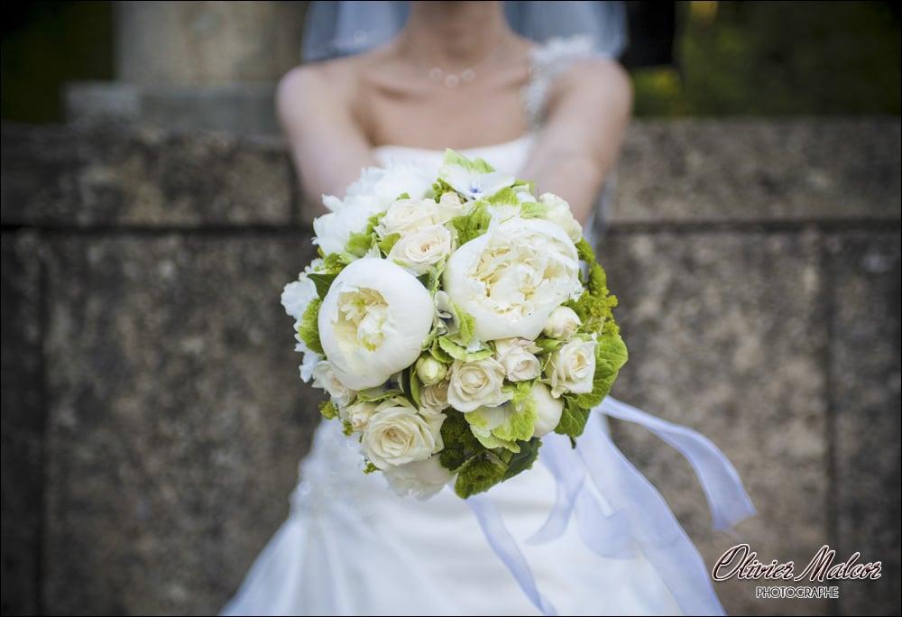 Le photographe prends toujours en photo le bouquet de la mariée.