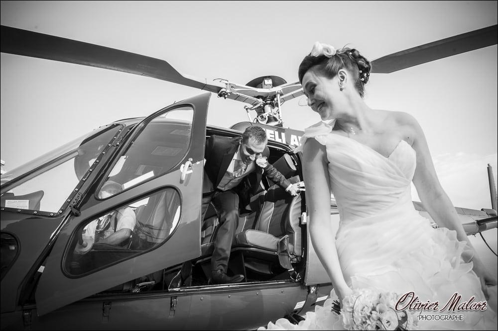 Le photographe capture tous les moments du mariage.
