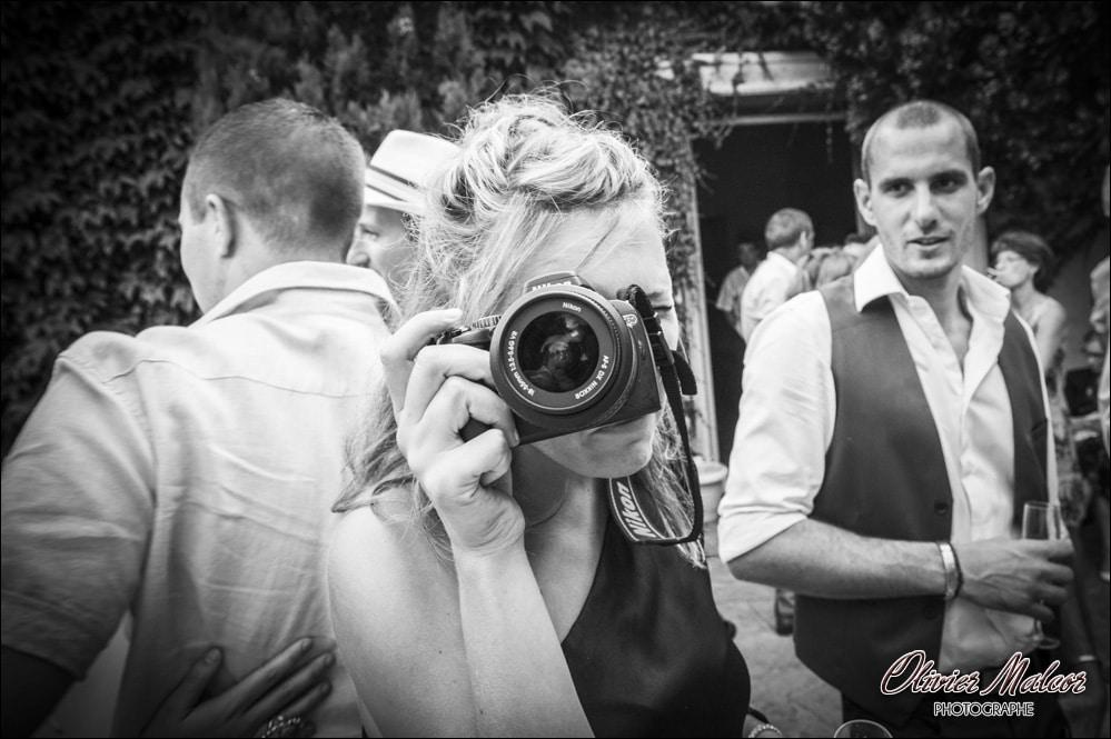 Le photographe de mariage photographié par les invités