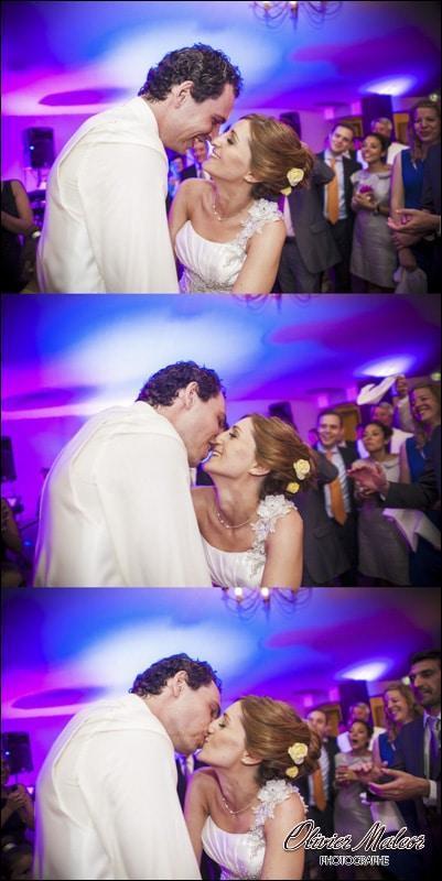 Le photographe de mariage qui prends les bisous des mariés.
