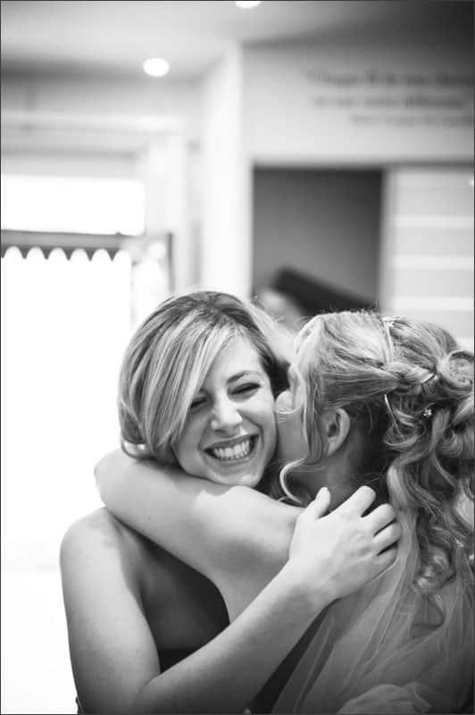 Émotion pour les deux sœur de se voir le matin du mariage durant les préparatifs