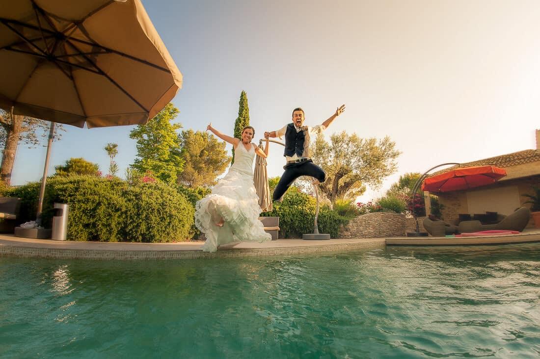 Mariés sautent dans la piscine