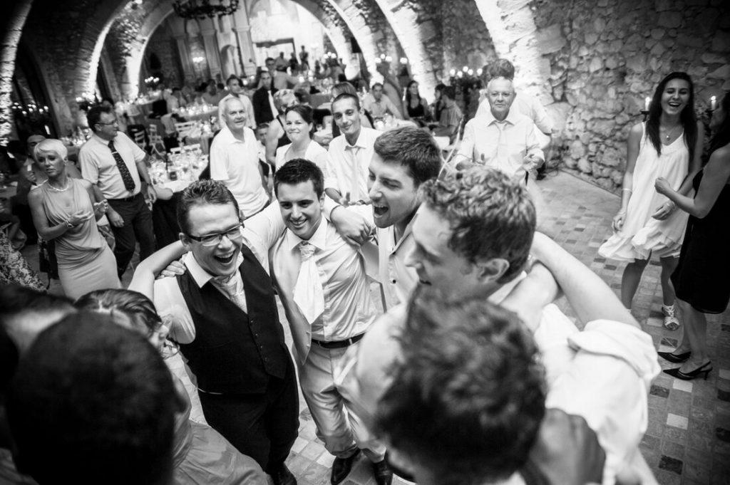 Danse des invités au lieu de réception à Pont Royal