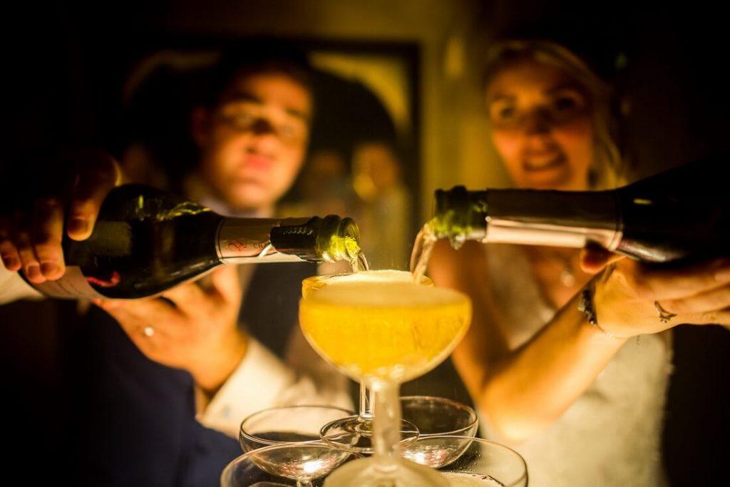 Champagne versé par les mariés