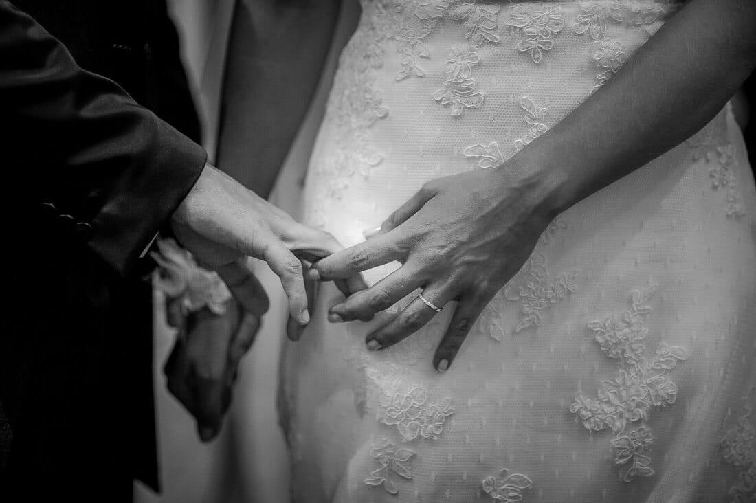 Moment intime dans l'église à Marseille lors du mariage