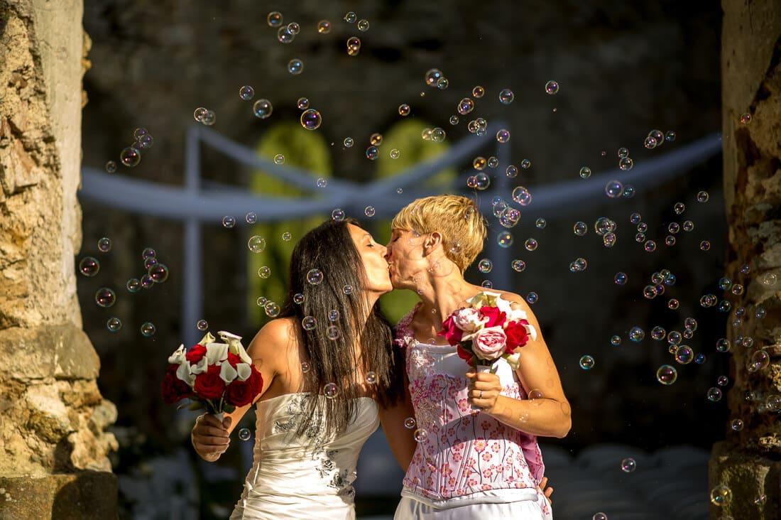Sortie de l'église capturé par le photographe de mariage