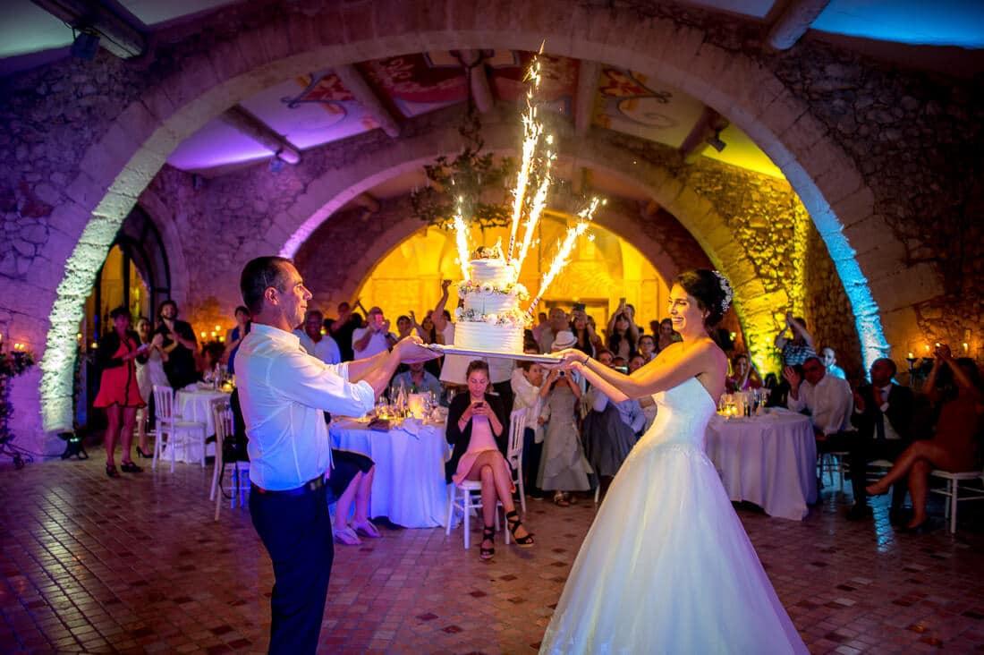 La pièce montée tenu par les mariés