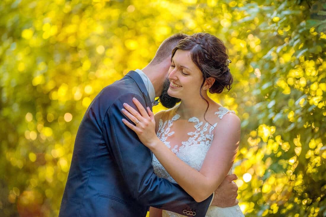 Un moment de douceur entre les mariés avant le cocktail