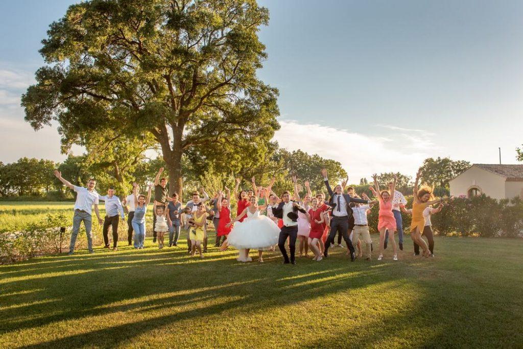 Photo de groupe original pour un mariage au Mas